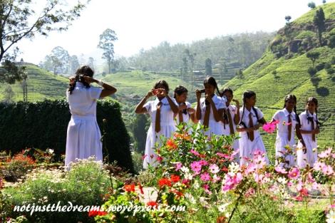 Wycieczka szkolna w fabryce herbaty Labookalie.