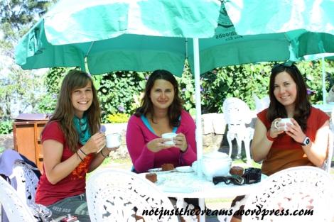Pyszna herbata, rozpływające się w ustach ciasto. W tamtej chwili niczego więcej nie było nam do szczęścia potrzebne.