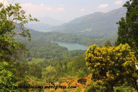 Te same okolice, to samo jezioro co na poprzednim zdjęciu. Widoki na Sri Lance zapierają dech w piersiach.