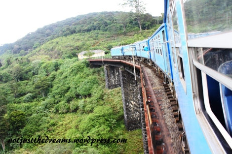 """Najbardziej luksusowy pociąg jakim jechałyśmy na Sri Lance. Spokojnie może konkurować z naszymi IC. Szerokie drzwi pomagały w """"wystawaniu"""" nawet po dwie osoby na sztukę."""