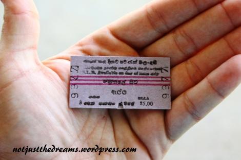 Tak wyglądają bilety kolejowe na II i III klasę. Takie  z rezerwacją zazwyczaj są drukowane. Bilety nie są sprawdzane przy wejściu do pociągu,  tylko raz widziałyśmy też konduktorów sprawdzających bilety - co ciekawe skrupularnie omijalnie turystów, co było nam akurat na rękę, bo zamiast w zatłoczonej III klasie, na którą udało nam się dostać bilety, zajęłyśmy wygodnie miejscówki w klasie II.