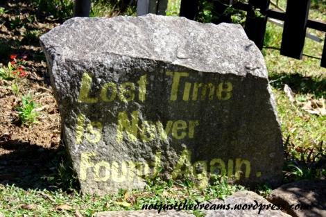 """Najfajniejszą rzeczą na terenie monasterium są kamienie z ciekawymi hasłami. Tutaj """"Zagubionego czasu nigdy już nie odnajdziesz""""."""