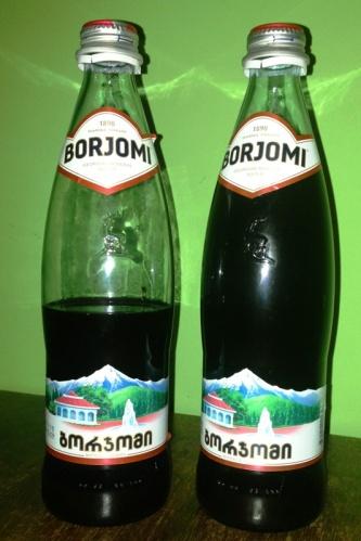 Tak wygląda butelka Borjomi. Zawartość, jak sam kolor wskazuje, jest inna od zamierzonego przez producenta ;)