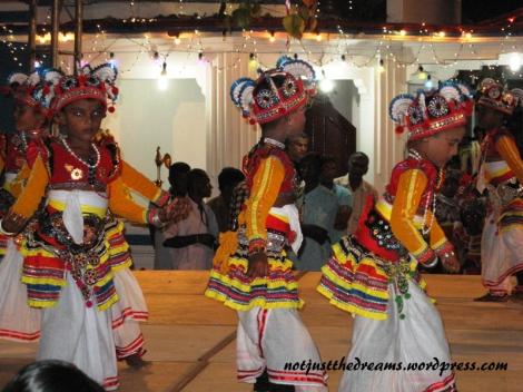 Tańczą tylko chłopcy, ponieważ zgodnie z wierzeniami taniec dziewczynek jest źle widziany przez bogów.