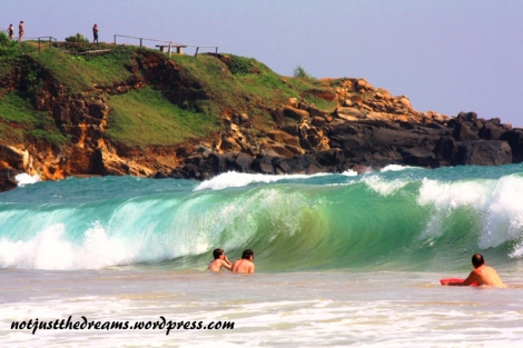 Fale w Mirissa doskonale nadają się zarówno do surfowania (na miejscu można wypożyczyć deski) jak i do skakania. Warto jednak uważać. Niektóre fale są tak wysokie, że człowiek zostaje pod wodą przemielony, nie raz obrywając dnem o głowę.