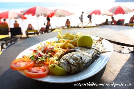 Poza kurczakiem w Ella najlepszym jedzeniem z całej Sri Lanki była świeża ryba z grilla. Bez względu na knajpę, w której była zamówiona, ryba maślana w tamtejszym wykonaniu, prezentowała się i smakowała doskonale.
