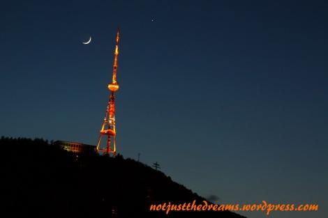 Wieża telewizyjna. W nocy doskonale oświetlona, za dnia najlepiej oglądać ją z wesołego miasteczka.
