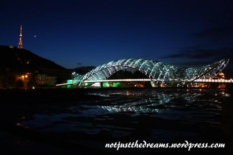 Przez niektórych most nazywany jest gigantyczną podpaską. Czyżby?