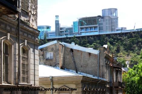 Idąc ulicami miasta można zaobserwować gruzińską naturę. Mieszkania wewnątrz są zadbane, ładnie urządzone. Budynki na zewnątrz zazwyczaj bardziej przypominają ruiny. Gruzini wolą dbać o przestrzeń własną aniżeli wspólną. Wyjątkiem są budynki rządowe. W Tbilisi co jakiś czas zza obdrapanych murów wyłania się ciekawe architektoniczne szkło i metal. Takie też są posterunki policji, co z kolei ma ponoć pomóc w walce z korupcją.