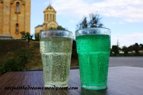 I kolorowe wody o smaku anyżu (zielona) i cytryny we własnej ... szklance?