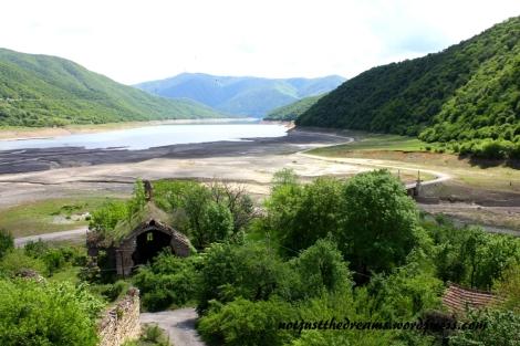 Już kilka kilometrów przez twierdzą z drogi widać ciągnące się, lazurowe, jezioro. Niestety, z jakiegoś powodu, tym razem w okolicach twierdzy jezioro było suche.