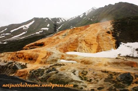 Po drodze jest jeszcze naciek mineralny. Powstał na bazie podobnego zjawiska jak w tureckim Pammukale, różni się jednak kolorem. No i, wbrew temu co przewodnik na zdjęciu pokazywał, gruziński naciek jest wąski. Na tyle, że z drugiej strony drogi bez problemu w obiektywie się mieści cały.