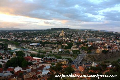 Tak prezentuje się panorama miasta z perspektywy ruin zamku za dnia...