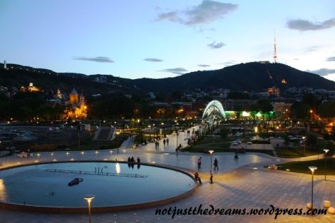 Plac Europy, centralny punkt Tbilisi, po zmroku zyskuje.