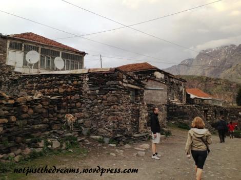 W drodze mijamy kilka opuszczonych (?) wiosek. Domki są zbudowanego z ciekawego materiału, ale większość wygląda na puste. Gdzieniegdzie tylko widać firanki i ... nieodłączne anteny satelitarne.