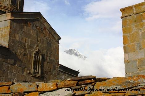 Jeden ze szczytów Kaukazu, który jakby nieśmiało wychyla się zza chmur