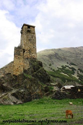 Żeby wejść najpierw trzeba było pokonać skałę, na której wieża jest zbudowana.