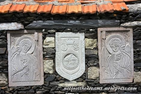 Bardziej jednak niż sama Cerkwia zaciekawiły mnie  znaleziska na murach, które przypominały mi nagrobki.