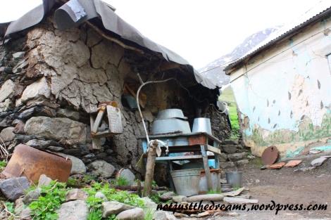 I jak to bywa na wsi może nie być łazienki, może nie być kuchni, ale telewizja musi być.