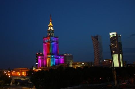 O każdej pełnej godzinie, w godzinach wieczornych, Pałac Kultury i Nauki na kilka minut przybiera barwy tęczy.