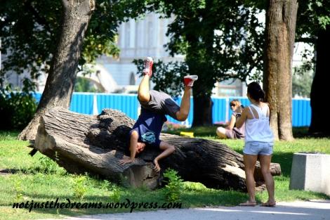 W tle widać płot oddzielający Ogród od Placu Nieznanego Żołnierza. A na pierwszym planie? Jakikolwiek był powód ten chłopak właśnie w ten sposób pozował do zdjęcia...
