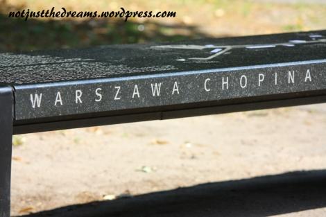 W wielu miejscach w Warszawie można usiąść na ławkach Chopin'owskich. Po naciśnięciu guzika ławeczka gra. Albo przynajmniej powinna. Ja miałam dzisiaj szczęśćie do tych niedziałających.