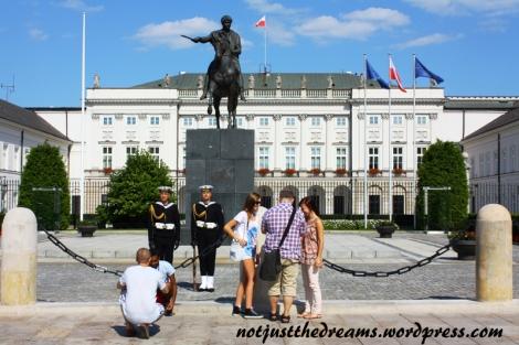 Zdjęcie ze strażnikiem Pałacu w Londynie? A czemu nie zrobić tego samego przed Pałacem Prezydenckim w Warszawie? Co prawda nikt do nikogo się tu nie przytulał, ale zainteresowanie turystów było na podobną skalę.
