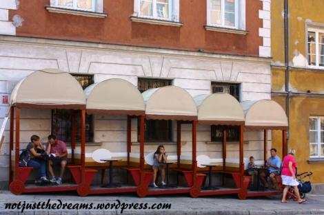 Zaraz za podzamczem jest pełno kafejek i restauracji. W tej spodobało mi się rozwiązanie problemu obniżającej się ulicy.