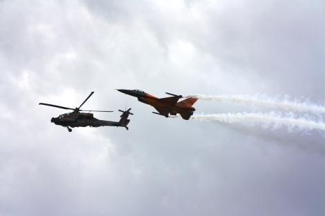 Holendrzy przygotowali jednak jeszcze jedną niespodziankę. Apache i F-16 lecący razem... To nie był tylko dobrze uchwycony moment na zdjęciu. F-16 jest widocznie przechylony w górę, aby zmniejszyć prędkość. Apache leci delikatnie dziobem w dół, żeby wykorzystać maksymalną prędkość.