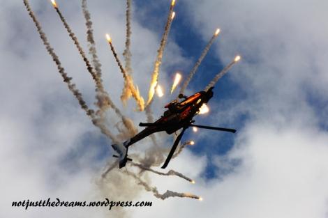 """Helikoptery nie mogą latać do góry nogami? A no nie mogą. Ale Apache jest tu wyjątkiem. Ten pokaz, mimo że to """"tylko"""" helikopter, zapierał dech w piersiach."""