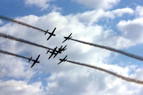 Mijanie. Manewr trudny i niebezpieczny z udziałem dwóch samolotów. Orlik Team zrobił to z udziałem siedmiu maszyn...