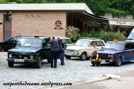 Taksówki w Gruzji nie należą do najnowszych i tworzą klimat. Jednak ta grupka taksówek i ich właścicieli, wraz z niczym nie przejmującym się psem, przy klasztorze Bodbe szczególnie mnie uwioda.
