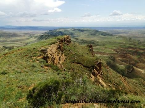 Szczyt wzgórza. Na prawo Gruzja, na lewo Azerbejdżan.