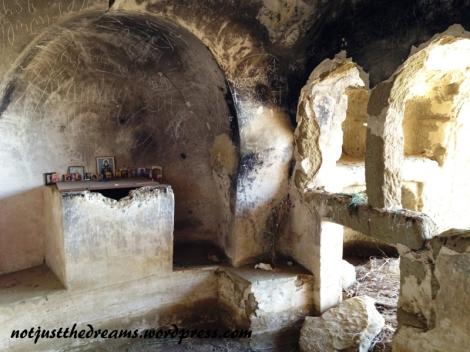 Do dzisiaj w dawnej świątyni są osoby, które przychodzą się tu pomodlić.