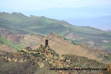 Majacząca w oddali wieża i kolejne monastyry. Aby tam dojść trzeba by już urządzić sobie dłuższą wycieczkę.