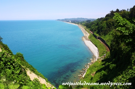 Co można zobaczyć w ogrodzie botanicznym? Może pociąg jadący tuż nad brzegiem Morza Czarnego (swoją drogą, skąd wzięła się ta nazwa...?)
