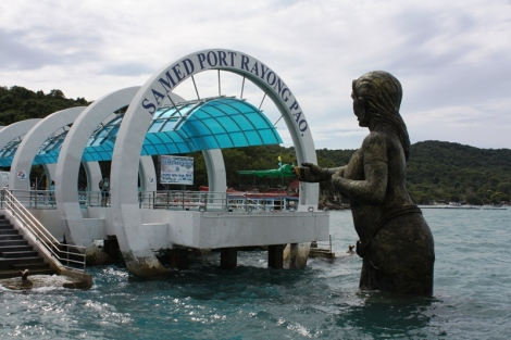 Tak wita przybyszy Koh Samet. Na wyspie można różne ciekawe rzeźby znaleźć w różnych miejscach. Przy najdłuższej plaży, na wschodniej części wyspy, można spotkać nawet syreny.