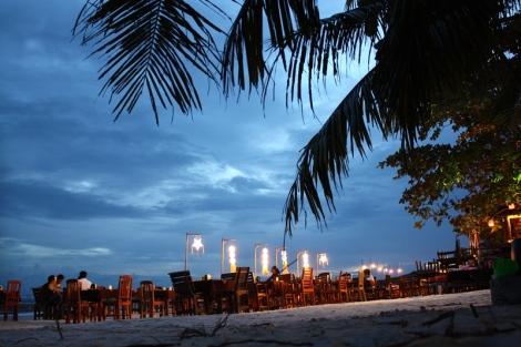 """Nocą na Koh Samet robi się zdecydowanie bardziej przytulnie i ... plażowo. Odpływ sprawia, że najłatwiej byłoby tu się """"opalać"""" właśnie w nocy."""