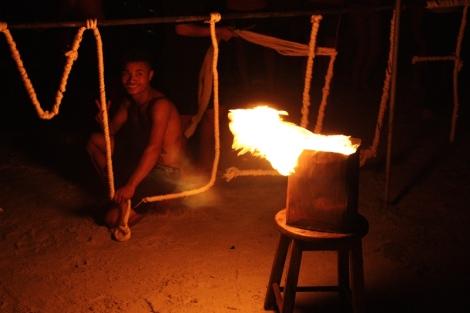 W jednym z barów, jedynym na Haad Saikaew z tak głośną muzyką i pełną plażą ludzi codziennie jest pokaz ognia.