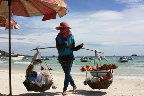 Jedzenie podróżuje wzdłuż plaży...