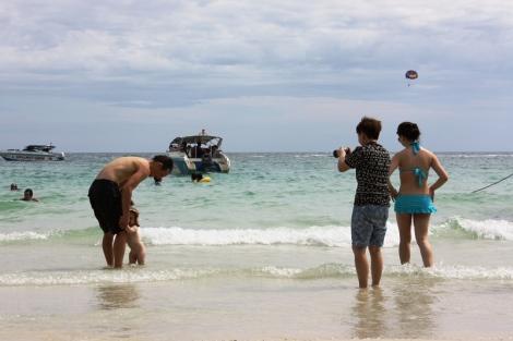 Tutaj to białe dziecko jest atrakcją dla tajskich turystów.