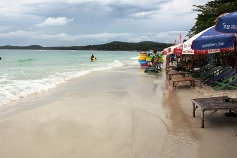 Haad Saikaew, najbardziej popularna i najdłuższa plaża, za dnia jest dość wąskim pasem piasku, w większości zajętym przez bary.