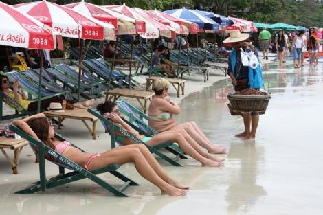 """Plusem przypływów jest łatwość moczenia nóg w wodzie. Nie trzeba z tej przyjemności rezygnować również, aby skorzystać z innych """"dobrodziejstw"""" Tajlandii. Prosto do naszego leżaka podejdzie jedzenie, masaż, pareo a także wielu innych sprzedawców dóbr i usług."""