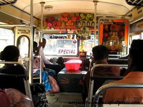 Lankijski autobus. Niech Was nie zmyli pustka w środku. Dopiero czekamy na pierwszym przystanku :)