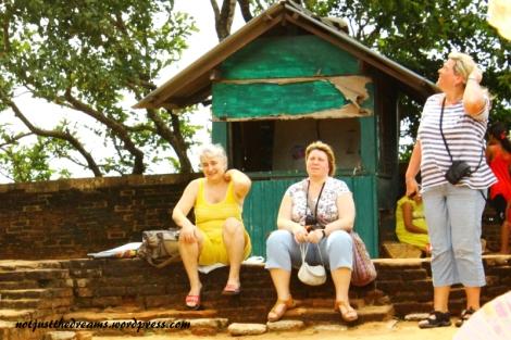 """Też Sri Lanka. W wersji turystyczno - rosyjskiej. Akurat w drodze na Sigiriya, wielką skałę, były ataki pszczół, nadal stoją tam """"klatki"""", w których w razie ataku można się schować. Najwyraźniej ta pani liczyła, że od klatki lepszy jest kamuflaż. Zabrakło tylko paseczków ;)"""