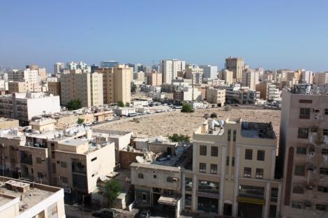 Widok z okna budynku mieszkalnego niedaleko centrum miasta.