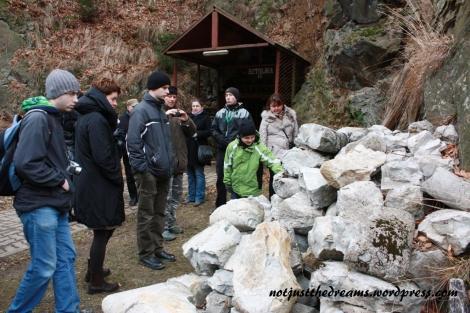 Wejście do sztolni w Walimiu. A na pierwszy planie... skamieniałe worki cementu.