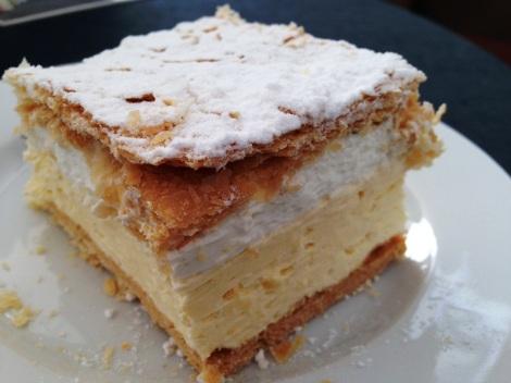 Wadowicka kremówka. Ta właściwa powinna mieć ponoć dwie warstwy (w tym jedna z alkoholem) i kruche ciasto francuskie, nie uginające się pod widelcem.