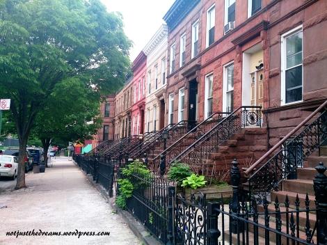 Spokojne ulice Brooklynu. Dzielnica zamieszkała głównie przez latynosów.