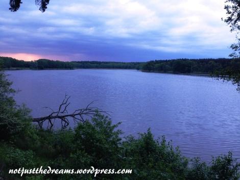 Jezioro Lutomskie - długie, polodowcowe i idealne na spacery.